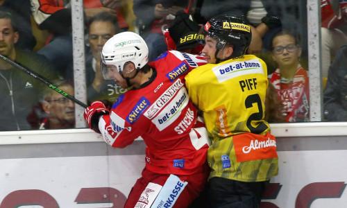 Dennis Sticha (KAC) und Lukas Piff (VIC) im Zweikampf