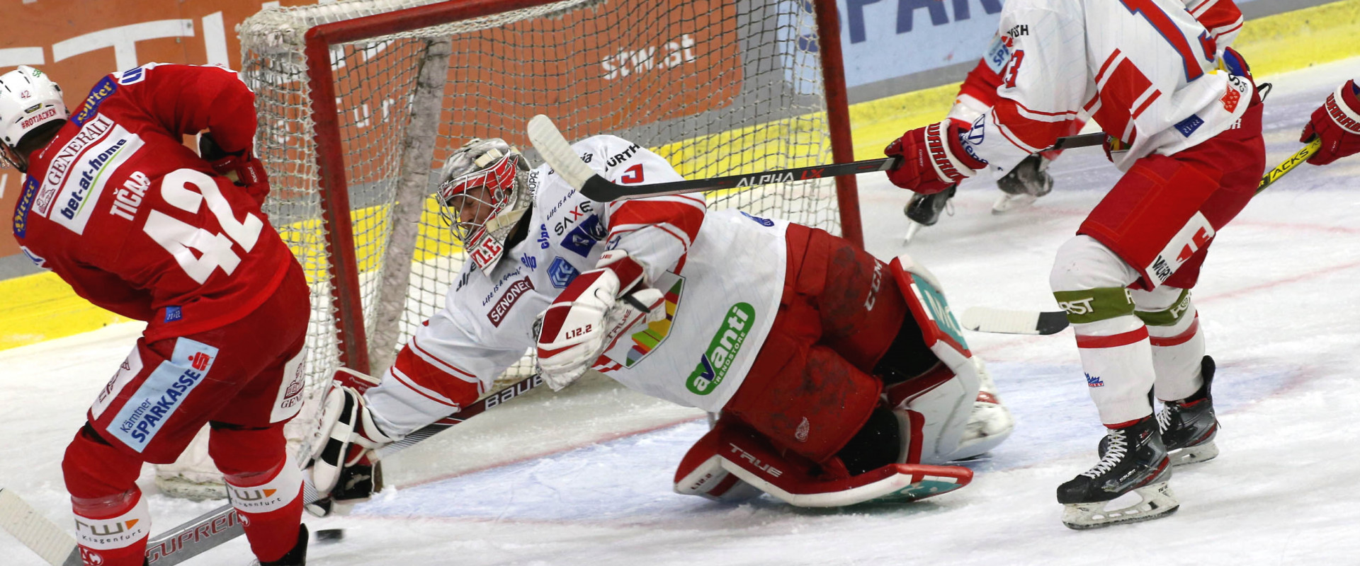 Rok Tičar (KAC) schiebt zur 1:0-Führung für die Rotjacken ein